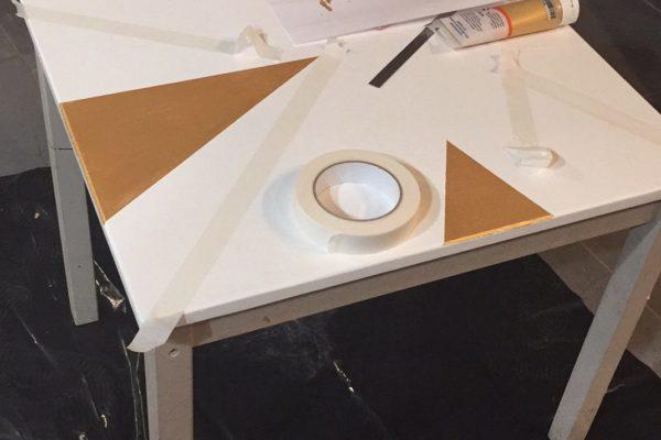 Toute la table a été peinte en blanc. Repérages au scotch de masquage.